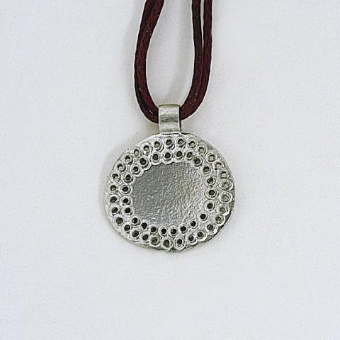 Μενταγιόν χειροποίητο απο ασήμι 925 δεμένο με κερωμένο κορδόνι