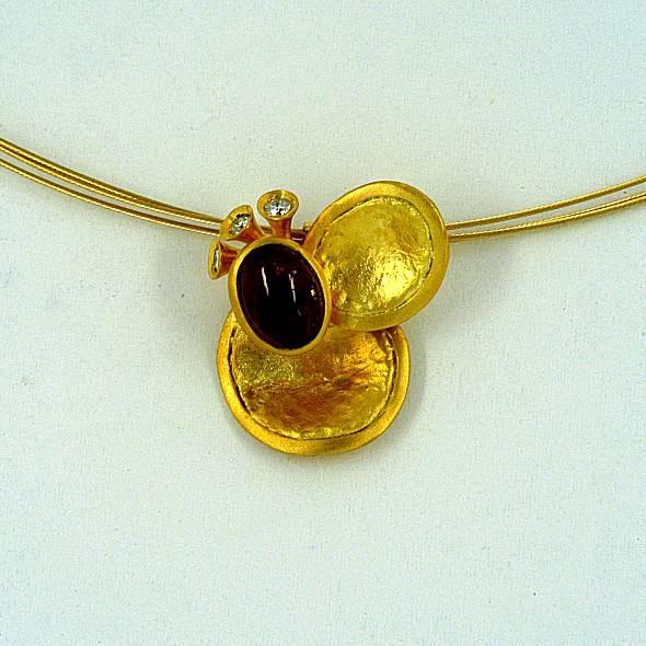Χρυσό μενταγιόν 14Κ η' 18Κ με συνθετικές πέτρες η' διαμάντια και ημιπολύτιμες πέτρες