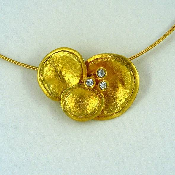 Gold pendant 14K or 18K with synthetic stones or diamonds brilliant cut